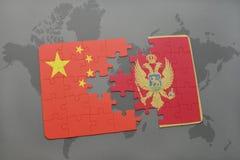 déconcertez avec le drapeau national de la porcelaine et du Monténégro sur un fond de carte du monde Images libres de droits