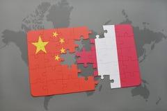 déconcertez avec le drapeau national de la porcelaine et du Pérou sur un fond de carte du monde Images stock