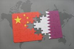 déconcertez avec le drapeau national de la porcelaine et du Qatar sur un fond de carte du monde Photo libre de droits