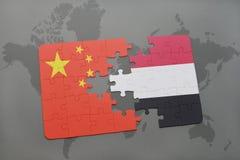 déconcertez avec le drapeau national de la porcelaine et du Yémen sur un fond de carte du monde Photographie stock