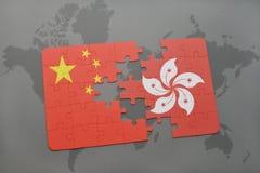 déconcertez avec le drapeau national de la porcelaine et de Hong Kong sur un fond de carte du monde Photo stock