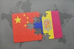déconcertez avec le drapeau national de la porcelaine et de l'Andorre sur un fond de carte du monde Photo libre de droits
