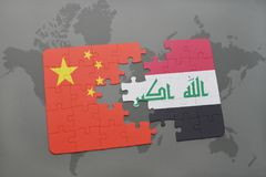 déconcertez avec le drapeau national de la porcelaine et de l'Irak sur un fond de carte du monde Image libre de droits