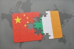 déconcertez avec le drapeau national de la porcelaine et de l'Irlande sur un fond de carte du monde Photos stock