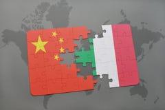 déconcertez avec le drapeau national de la porcelaine et de l'Italie sur un fond de carte du monde Image stock