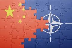 Déconcertez avec le drapeau national de la porcelaine et de l'OTAN Image stock