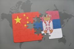 déconcertez avec le drapeau national de la porcelaine et de la Serbie sur un fond de carte du monde Image stock