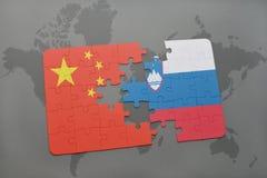 déconcertez avec le drapeau national de la porcelaine et de la Slovénie sur un fond de carte du monde Photo libre de droits