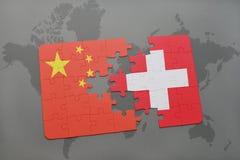 déconcertez avec le drapeau national de la porcelaine et de la Suisse sur un fond de carte du monde Photographie stock