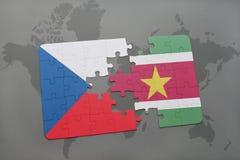 déconcertez avec le drapeau national de la République Tchèque et du Surinam sur une carte du monde Photo libre de droits