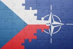 Déconcertez avec le drapeau national de la République Tchèque et de l'OTAN Photo stock