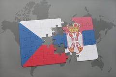 déconcertez avec le drapeau national de la République Tchèque et de la Serbie sur un fond de carte du monde Photos libres de droits