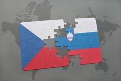 déconcertez avec le drapeau national de la République Tchèque et de la Slovénie sur un fond de carte du monde Photos stock