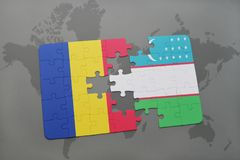 déconcertez avec le drapeau national de la Roumanie et de l'Ouzbékistan sur une carte du monde Photographie stock libre de droits
