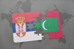déconcertez avec le drapeau national de la Serbie et des Maldives sur une carte du monde Images libres de droits