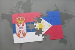 déconcertez avec le drapeau national de la Serbie et des Philippines sur une carte du monde Photo stock
