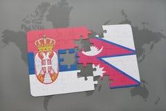 déconcertez avec le drapeau national de la Serbie et du Népal sur une carte du monde Photos libres de droits