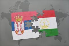 déconcertez avec le drapeau national de la Serbie et du Tadjikistan sur une carte du monde Photo libre de droits