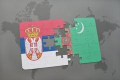 déconcertez avec le drapeau national de la Serbie et du Turkménistan sur une carte du monde Photos libres de droits