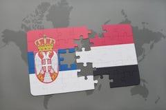 déconcertez avec le drapeau national de la Serbie et du Yémen sur une carte du monde Photos stock