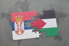 déconcertez avec le drapeau national de la Serbie et de la Palestine sur une carte du monde Photo libre de droits