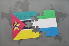 déconcertez avec le drapeau national de la Sierra Leone Mozambique et sur une carte du monde Photographie stock libre de droits