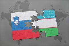 déconcertez avec le drapeau national de la Slovénie et de l'Ouzbékistan sur une carte du monde Photographie stock