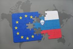 déconcertez avec le drapeau national de la Slovénie et de l'Union européenne sur une carte du monde Photos libres de droits