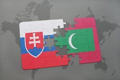 déconcertez avec le drapeau national de la Slovaquie et des Maldives sur une carte du monde Images libres de droits