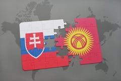 déconcertez avec le drapeau national de la Slovaquie et du Kirghizistan sur une carte du monde Photographie stock libre de droits