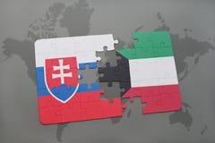 déconcertez avec le drapeau national de la Slovaquie et du Kowéit sur une carte du monde Photos libres de droits