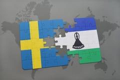 déconcertez avec le drapeau national de la Suède et du Lesotho sur un fond de carte du monde Photos stock