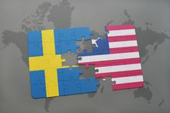 déconcertez avec le drapeau national de la Suède et du Libéria sur un fond de carte du monde Photo libre de droits