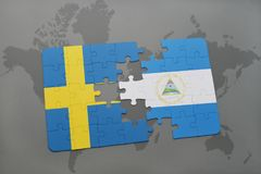 déconcertez avec le drapeau national de la Suède et du Nicaragua sur un fond de carte du monde Images libres de droits