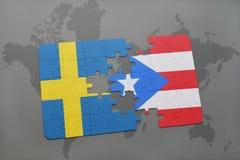 déconcertez avec le drapeau national de la Suède et du Porto Rico sur un fond de carte du monde Photos libres de droits