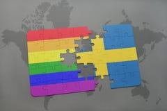 déconcertez avec le drapeau national de la Suède et le drapeau gai d'arc-en-ciel sur un fond de carte du monde Photos libres de droits