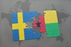 déconcertez avec le drapeau national de la Suède et de la Guinée-Bissau sur un fond de carte du monde Photo libre de droits