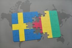 déconcertez avec le drapeau national de la Suède et de la Guinée sur un fond de carte du monde Photos libres de droits