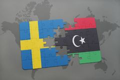 déconcertez avec le drapeau national de la Suède et de la Libye sur un fond de carte du monde Photo libre de droits