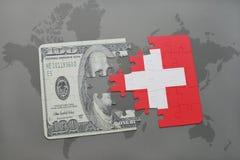 déconcertez avec le drapeau national de la Suisse et du billet de banque du dollar sur un fond de carte du monde Photos stock