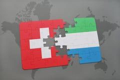 déconcertez avec le drapeau national de la Suisse et de la Sierra Leone sur un fond de carte du monde Images stock