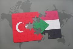 déconcertez avec le drapeau national de la Turquie et du Soudan sur une carte du monde Photo stock