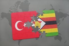 déconcertez avec le drapeau national de la Turquie et du Zimbabwe sur une carte du monde Photographie stock
