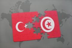déconcertez avec le drapeau national de la Turquie et de la Tunisie sur une carte du monde Images libres de droits