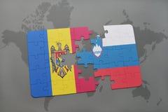 déconcertez avec le drapeau national de Moldau et de la Slovénie sur un fond de carte du monde Photographie stock libre de droits