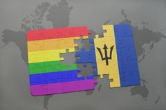 déconcertez avec le drapeau national des Barbade et le drapeau gai d'arc-en-ciel sur un fond de carte du monde Photos libres de droits
