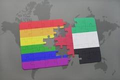 déconcertez avec le drapeau national des Emirats Arabes Unis et le drapeau gai d'arc-en-ciel sur un fond de carte du monde Photographie stock libre de droits