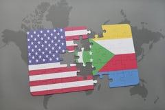 déconcertez avec le drapeau national des Etats-Unis d'Amérique et des Comores sur un fond de carte du monde Photos libres de droits