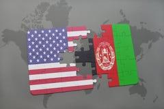 Déconcertez avec le drapeau national des Etats-Unis d'Amérique et de l'Afghanistan sur un fond de carte du monde Image libre de droits