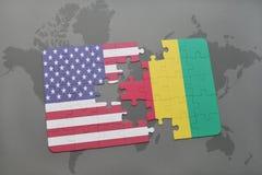 déconcertez avec le drapeau national des Etats-Unis d'Amérique et de la Guinée sur un fond de carte du monde Photos stock
